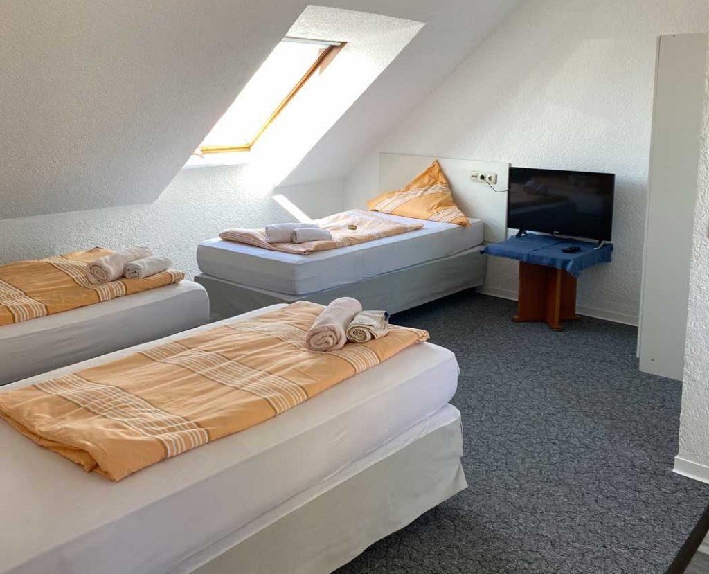 Dreibettzimmer Pension Darmstadt Riedstadt
